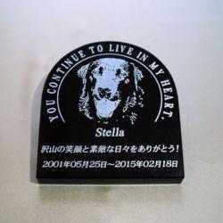 Stellaの石彫エンブレム