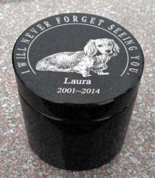 Lauraの石彫エンブレム